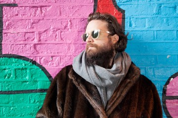 "Father John Misty lanza remix de su tema post-apocalíptico ""Things It Would Have Been Helpful To Know Before The Revolution"". Cusica plus."