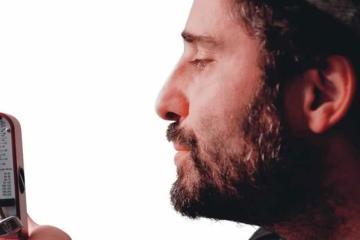 """Jorge Drexler le rinde tributo a Joaquín Sabina en """"Pongamos que hablo de Martínez"""". Cusica Plus."""