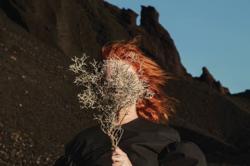 "Goldfrapp recorre el desierto en el video de ""Everything Is Never Enough"". Cusica Plus."