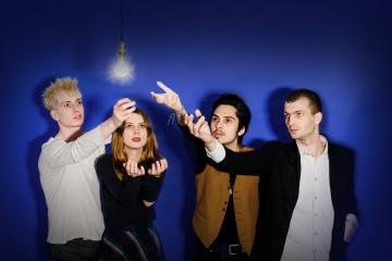 "Wolf Alice viaja a los años cincuenta para el video de ""Beautifully Unconventional"". Cusica Plus."