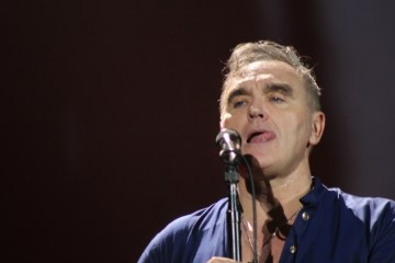 "Puedes ver a Morrissey bailando en el video de ""Jacky's Only Happy When She's Up On The Stage"". Cusica Plus."