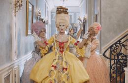 Katy Perry pasa de ser una María Antonieta a una Juana de Arco en su nuevo video. Cusica plus.