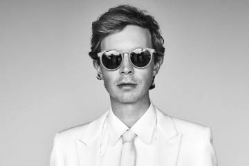 "Beck hace cover de ""I'm Waiting For The Man"" de Velvet Underground. Cusica plus."