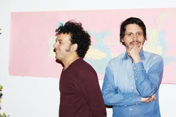"""Cheo Hurtado y Ulises Hadjis nos regalan la suave balada """"Piensa en mi"""". Cusica Plus."""