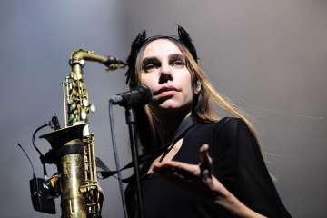 "PJ Harvey nos entrega la oscura balada ""An Acre Of Land"". Cusica Plus."