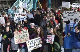 Katy Perry, Garbage y otras luminarias de la música apoyan la protesta de los estudiantes en Estados Unidos. Cusica Plus.