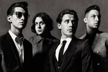 "Escucha a Arctic Monkeys realizar un cover de ""Is This It"" de The Strokes. Cusica Plus."