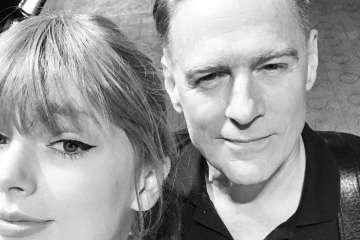 """Taylor Swift comparte tarima con Bryan Adams para interpretar """"Summer Of 69"""". Cusica Plus."""