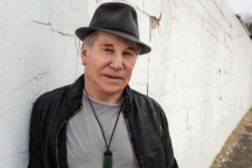 "Paul Simon revisa su tema ""One Man's Ceiling Is Another Man's Floor"". Cusica Plus."