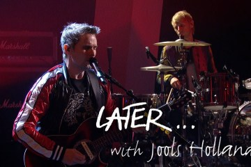 """Muse cantó su nuevo tema """"Pressure"""" en el Later… with Jools Holland. Cusica Plus."""