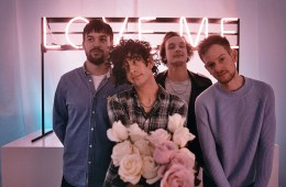 """The 1975 publica su nuevo tema """"It's Not Living (if It's Not With You)"""". Cusica Plus."""