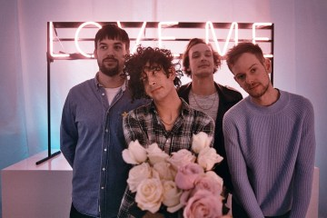 "The 1975 publica su nuevo tema ""It's Not Living (if It's Not With You)"". Cusica Plus."