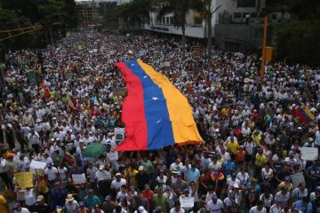 Nacho empieza a dar anuncios del Venezuela Aid Live. Cusica Plus.
