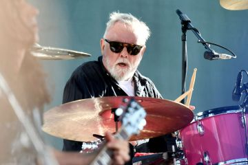 "Roger Taylor de Queen lanza nuevo tema como solista ""Gangsters Are Running This World"". Cusica Plus."