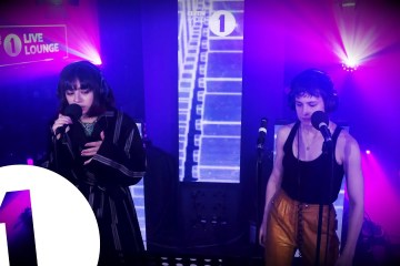 Charli XCX y Christine and the Queens realizaron cover de The 1975. Cusica Plus.