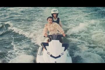 Charli XCX y Troye Sivan se unen en el videoclip de '2099'. Cusica Plus.