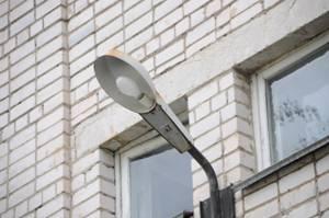 Уличное освещение. Расположение уличного светильника для технического освещения на стене здания