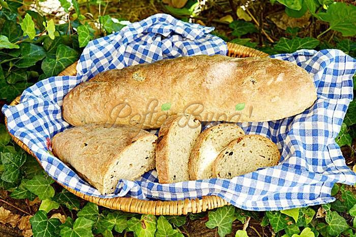 Paine cu faina integrala, seminte si masline