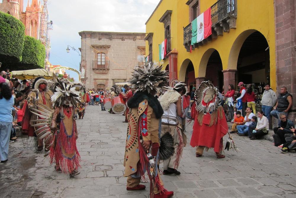 Танец индейцев на праздник святого архангела Михаила в Сан-Мигеле, Мексика
