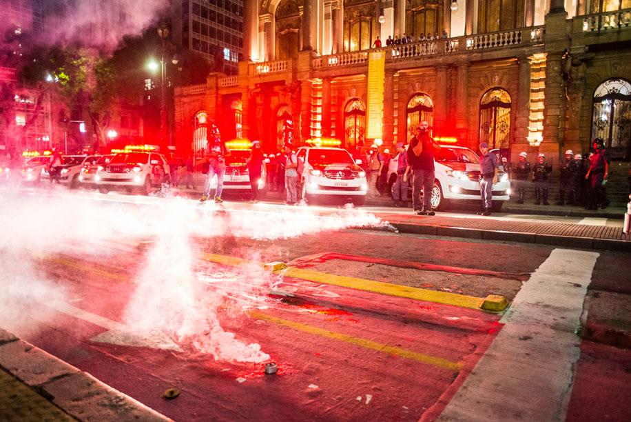 Bombas de gás lacrimogêneo jogadas contra manifestantes do Movimento Passe Livre, no centro de São Paulo (16/1/15). Foto: Rafael Bonifácio/Ponte Jornalismo