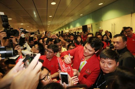 Many clamour to meet Joseph Schooling, national hero. (Photo Credit: Today Online)