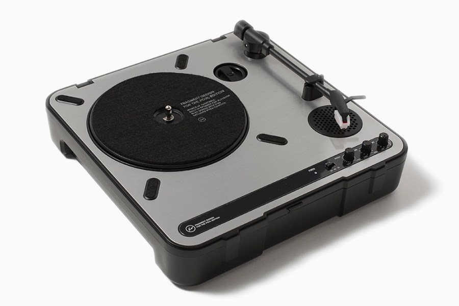 the-POOL-aoyama-Releases-New-Portable-Turntable-1