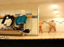 Câmera escondida no vestiário masculino, vídeo amador.