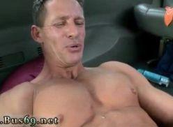 Sexo gay amador dentro de uma van.