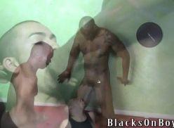 Passivo fazendo sexo com dois em vídeo amador.