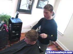 Corte de cabelo saiu de graça ao transar com cabeleireiro.