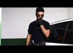 Policial brasileiro metendo a pistola no bandido.