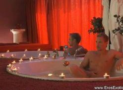 Dotado em video solo na banheira.