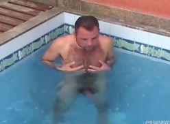 Deu pro Coroa na beira da piscina.