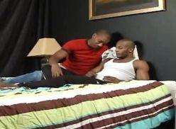 Negão gostoso com o gay flex do seu amigo.