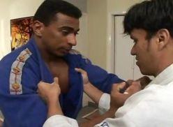 Pararam o treino de judo pra fazer sexo.