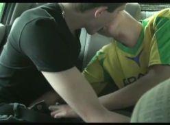 Porno gay amador dentro do carro.