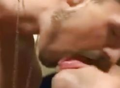 Nadadores se pegando em video gay.