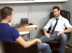 Sexo gay no escritório.
