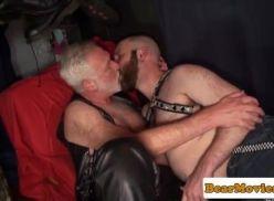 Coroa gay na cama com um barbudo.