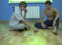 Novinho perdeu no jogo de cartas e teve que chupar