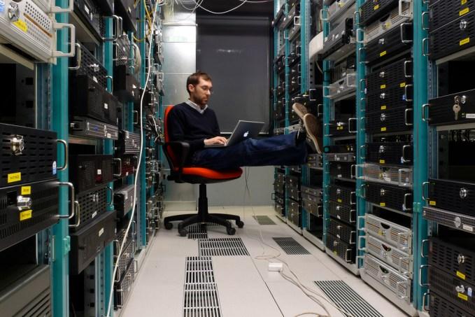 Homem em um datacenter
