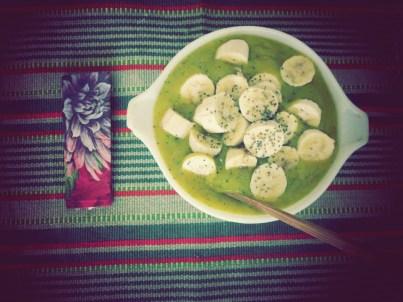 Criação da chef Malu: vitamina verde de banana, manga e folhas verdes com guarnição de bananas picadas
