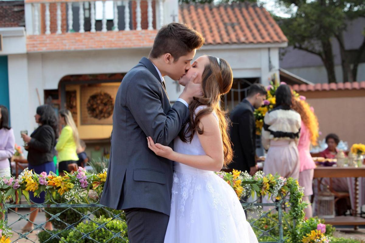"""Manuela e Joaquim se beijam pela primeira vez em """"Cúmplices de Um Resgate"""","""