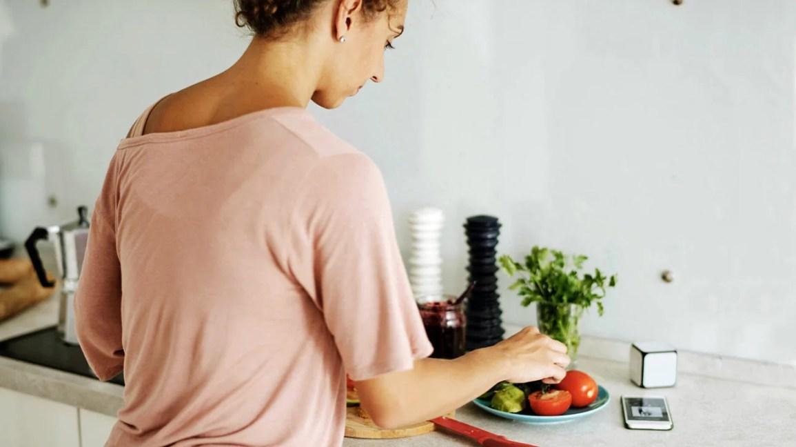 Femme préparant un repas céto