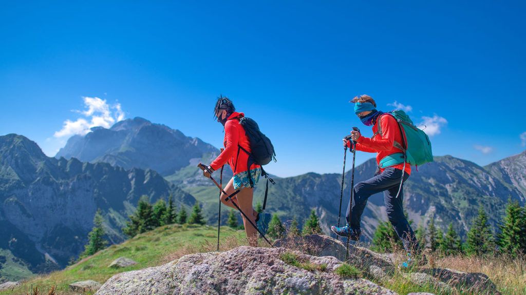 An image of two women hiking in the mountains, in order to illustrate claims that living at high altitudes protects against COVID-19 are 'speculative.'