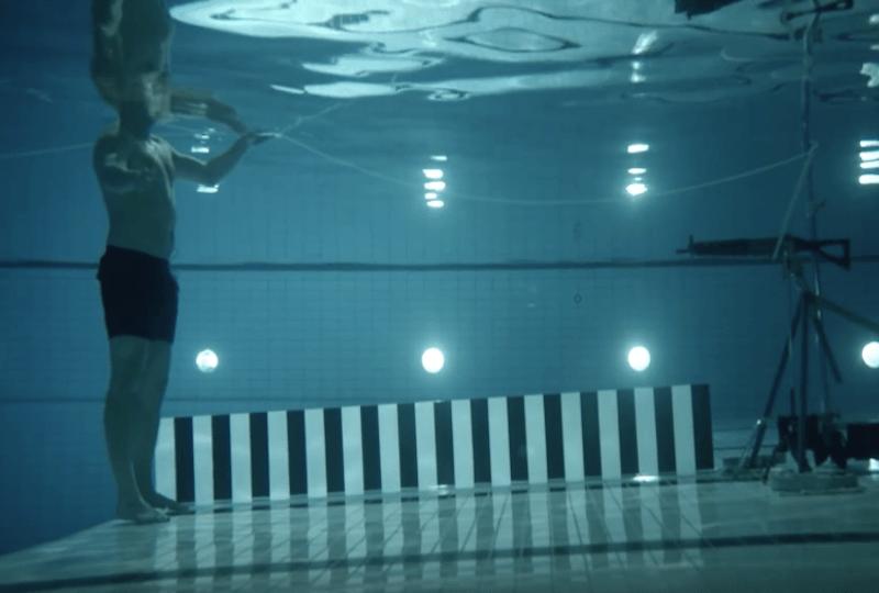 Физик выстрелил в себя под водой из автомата.