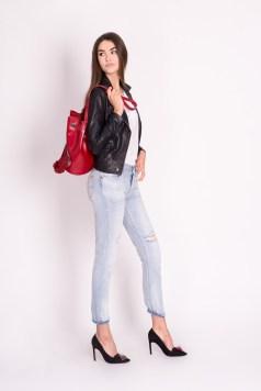 2. Kurtka skórzana, jeansy typu boyfriend oraz biały top, to propozycja stylizacji na spotkanie z przyjaciółmi.