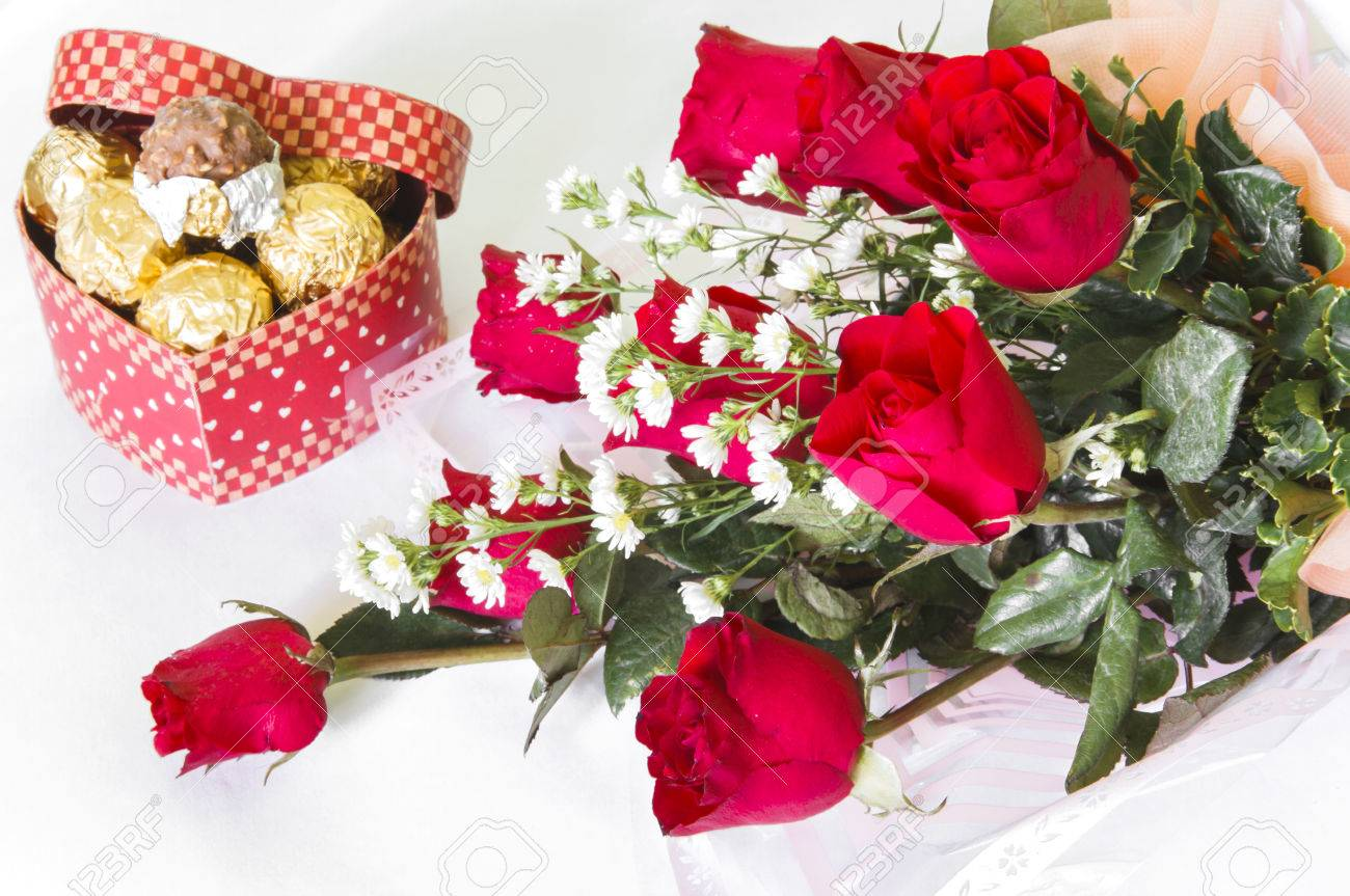 Bouquets De Fleur Red Rose Flower Bouquet With Chocolate Ball Isolated On White