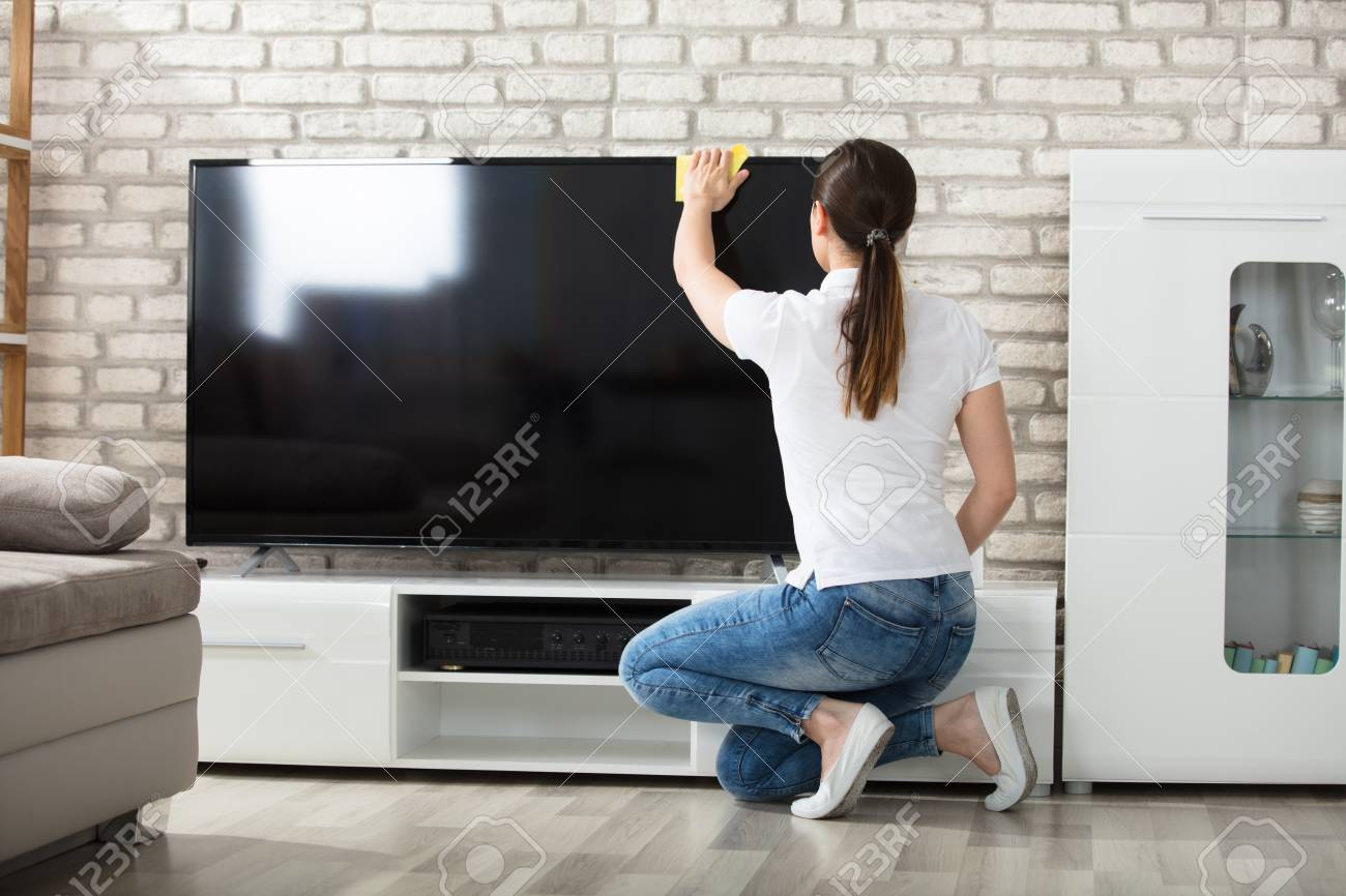Sofa Reinigen Jeans Young Woman Using Cloth To Clean The Television Screen In Living