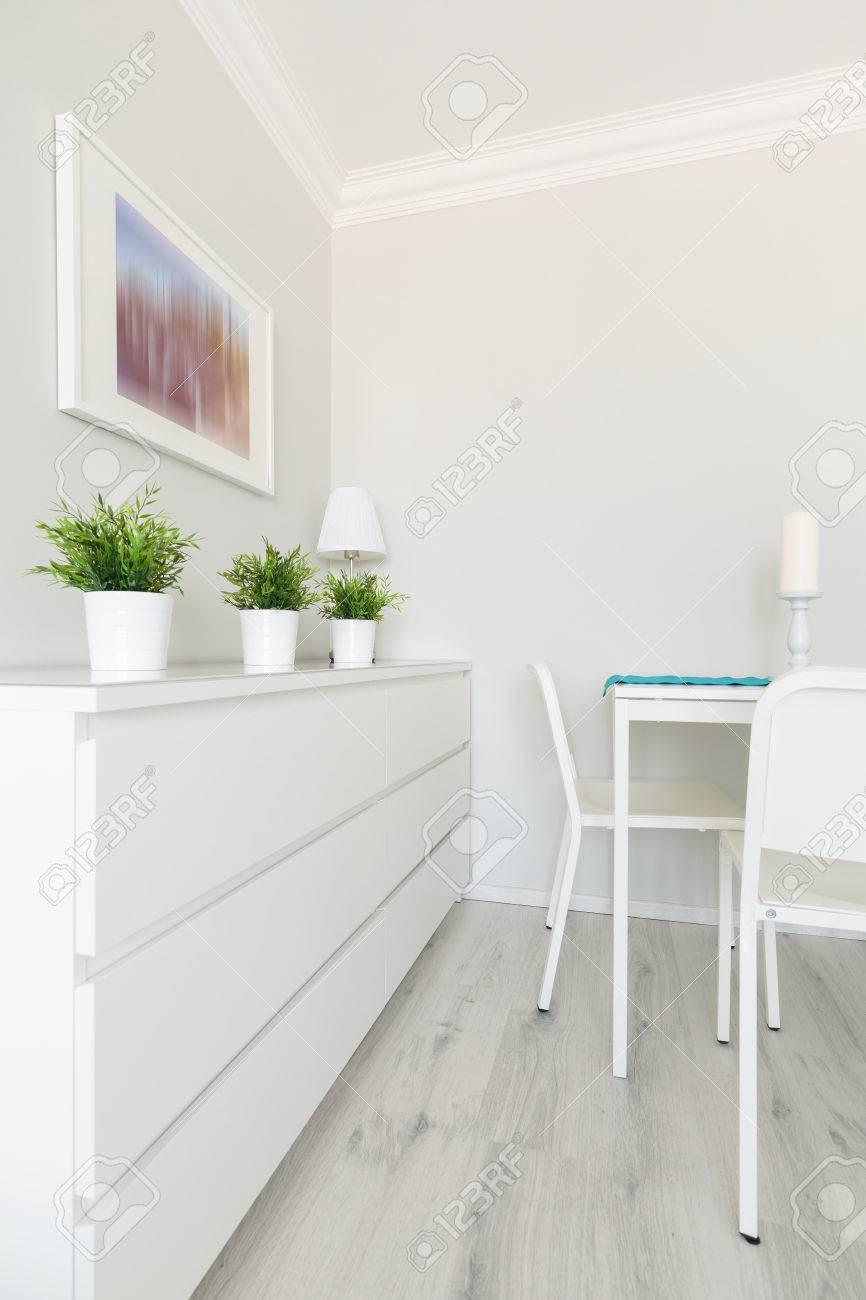 Moderne Weisse Mobel Moderne Ferienwohnung Kombiniert Mit Schwarz